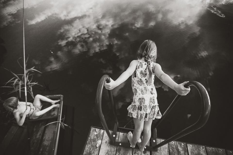 Zwei Kinder an einem Steg.