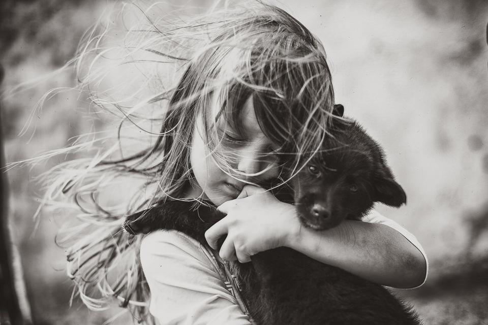 Ein Portrait eines Mädchens mit einem Hund.