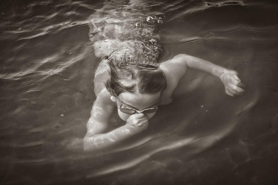 Ein Kind taucht Unterwasser.