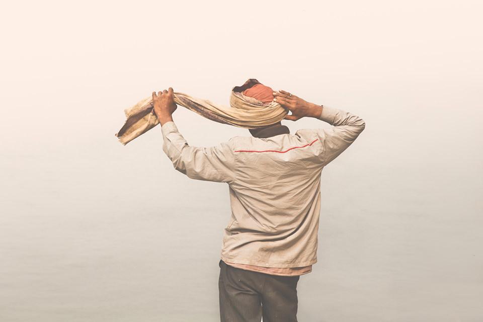 Ein Mann bidet sich einen Turban.