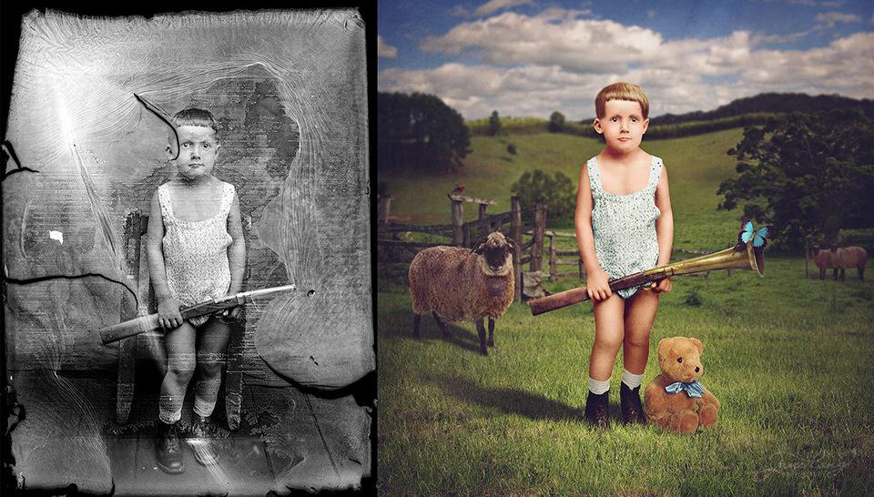 Ein Junge auf einer Schafsweide.