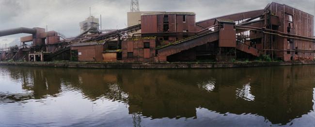 Eine Industrielandschaft am Ufer eines Kanals.