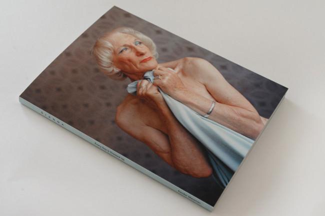 Wir sehen das Buch und auf dem Cover das Profil von Dianna.