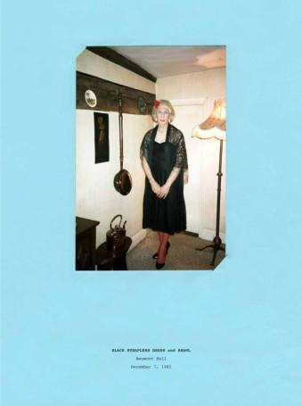 Eine Frau mit blondem Bob, im Wohnzimmer stehend.