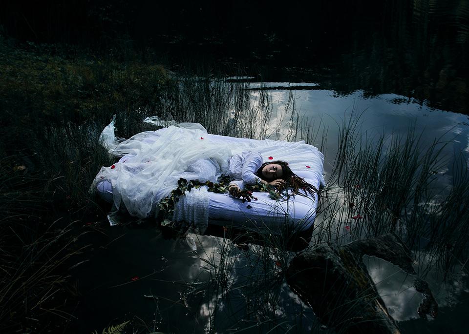 Ein Bett auf dem See.