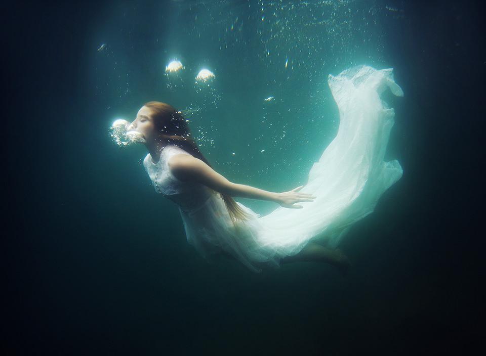 Eine Frau im weißen Kleid Unterwasser