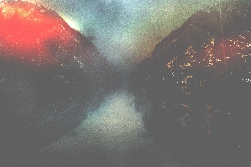 Berge spiegeln sich in einem See mit vielen Farben.