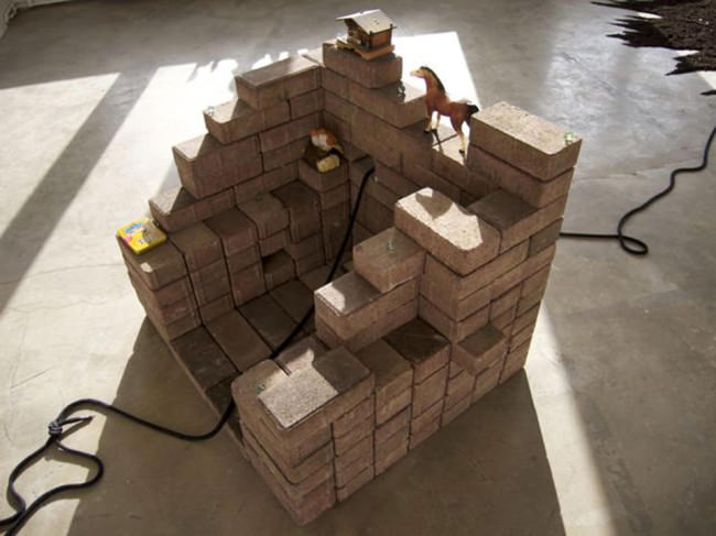 Draufsicht der aufgehäufelten Bausteine.