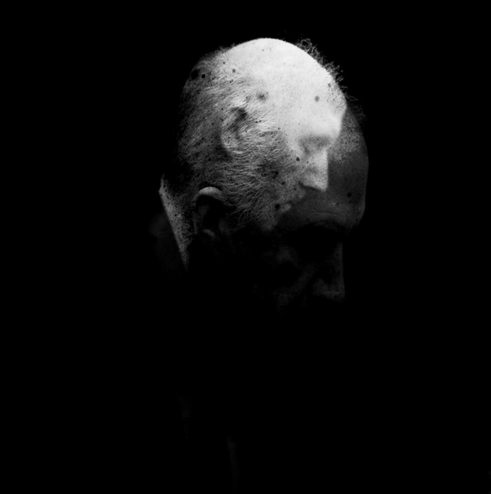 Doppelbelichtung eines alten Mannes.