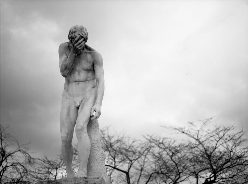 Eine Statue vor Bäumen.