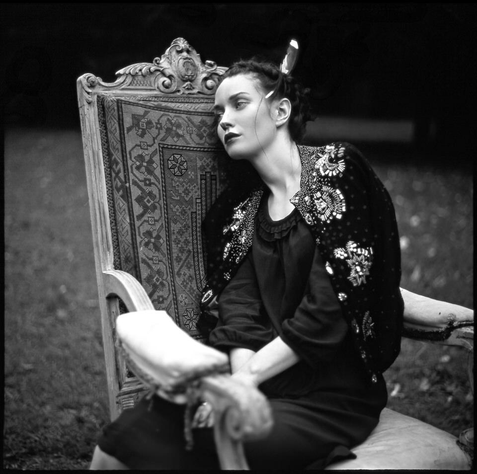 Eine Frau auf einem antikel Stuhl.