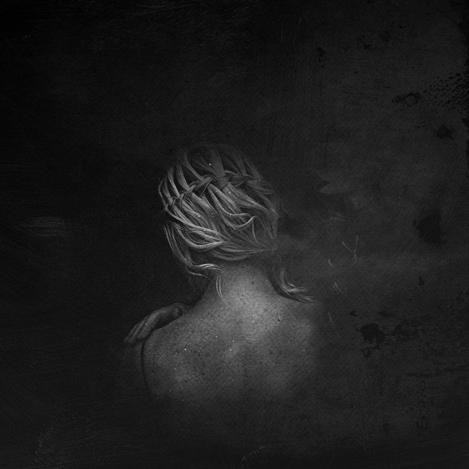 Eine Frauenportrait mit Blick auf Schulter und Haar.