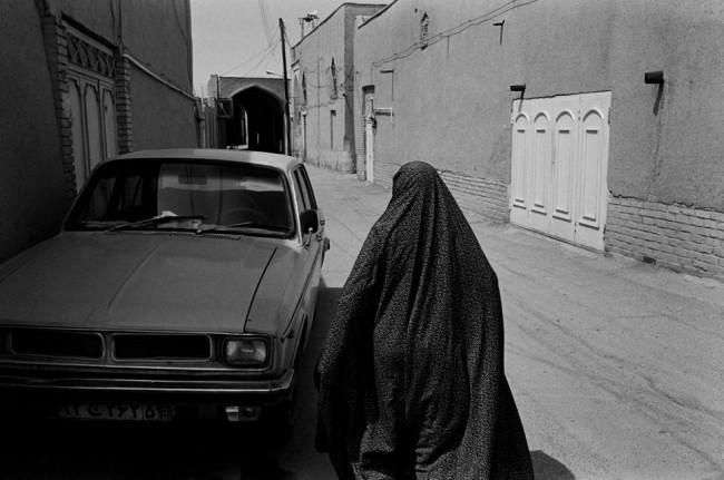 Eine verhüllte Frau auf der Straße.