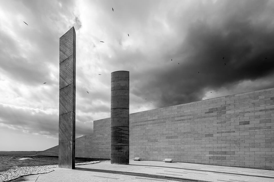 Vögel ziehen ihre Kreise über Monolithen aus Beton.
