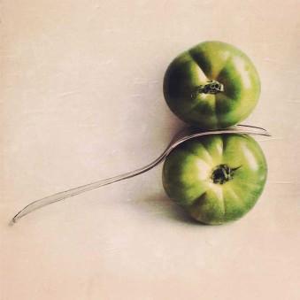 Zwei Tomaten zwischen einer Gabel.