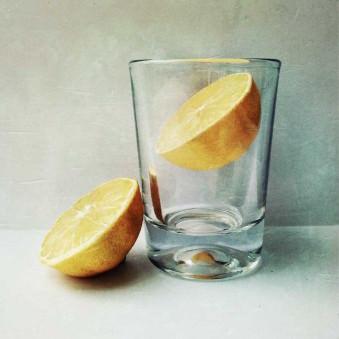 Ein Glas mit Zitronen.