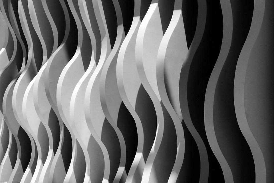 Blick auf unterschiedlich helle Strukturen einer Wand.