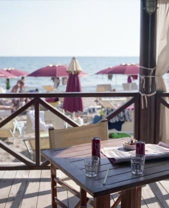 Ein verlassener Tisch in einem Café am Strand.