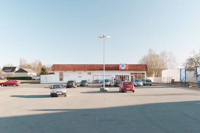 Ein fast leerer Parkplatz.