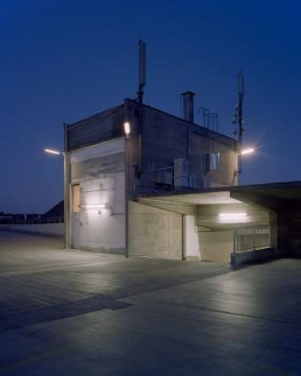 Ein Betonbau in der Nacht.