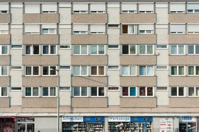 Eine Hausfassade mit vielen Fenstern.