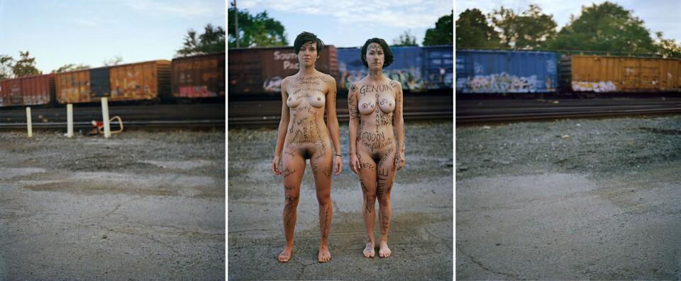 Zwei nackte und beschriftete Frauen.