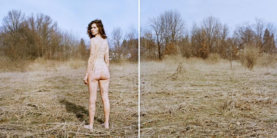 Nacktes beschriebenes Mädchen steht auf einer Wiese