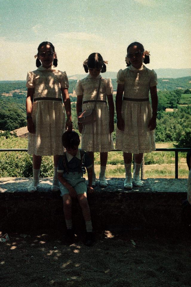 Kinder stehen an einem Aussichtspunkt