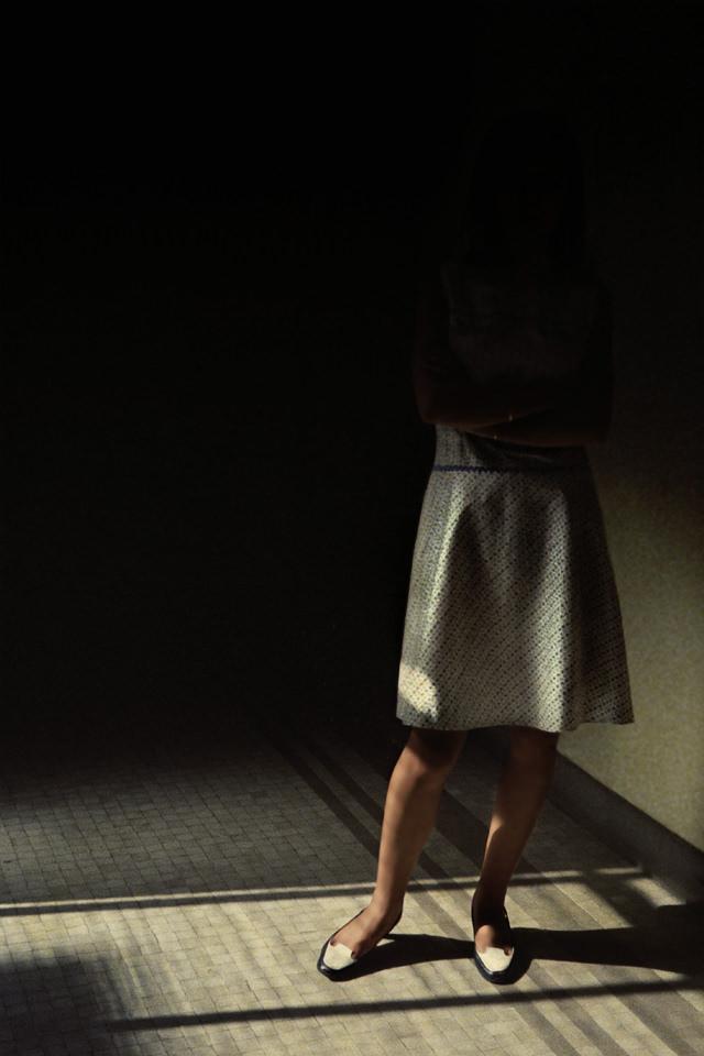 Eine Frau im Halbdunkeln