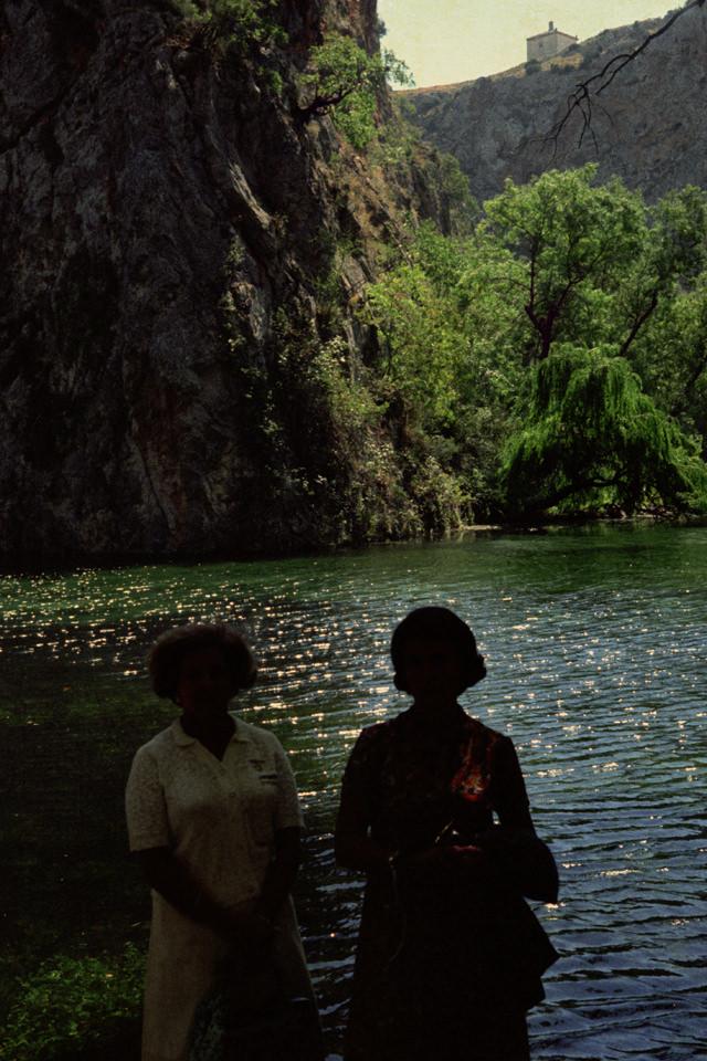 Zwei Personen stehen vor einem See