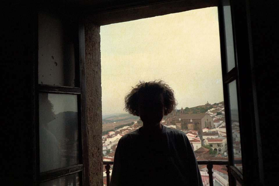 Eine Person steht vor einem Fenster