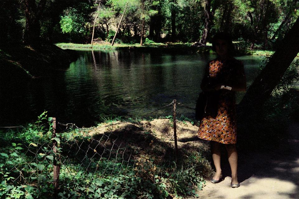 Eine Frau steht vor einem See