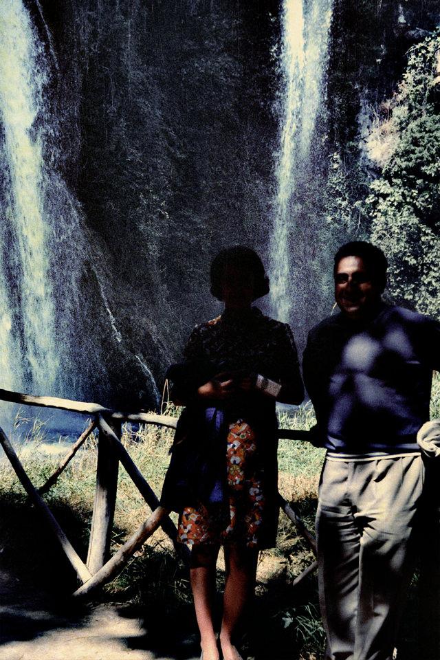 Ein Paar steht vor einem Wasserfall