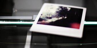 Polaroid auf einem Scanner.