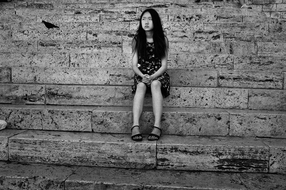 Eine Frau auf einer Treppe.