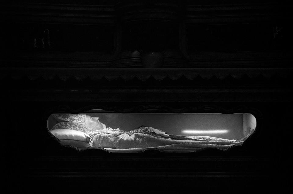Eine aufgebahrte Leiche im Glassarg.