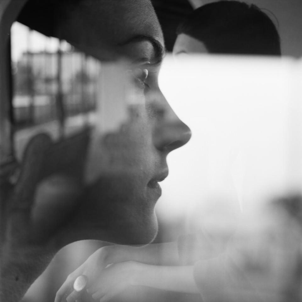 Doppelbelichtung eines Frau mit einem Fenster