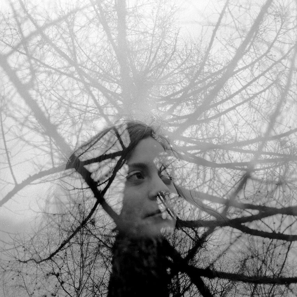 Doppelbelichtung einer Frau mit einem Baum