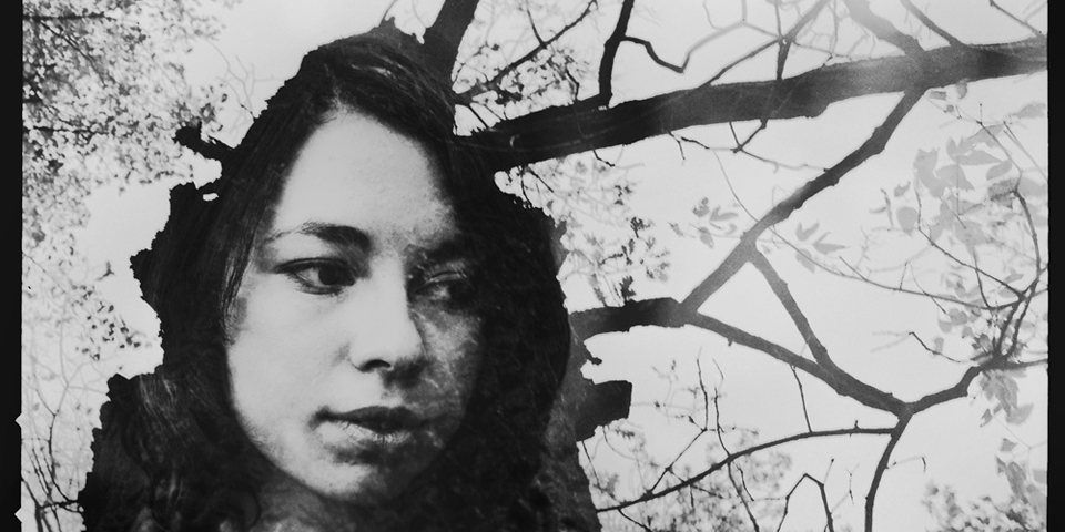 Doppelbelichtung einer Frau und einem kahlen Baum