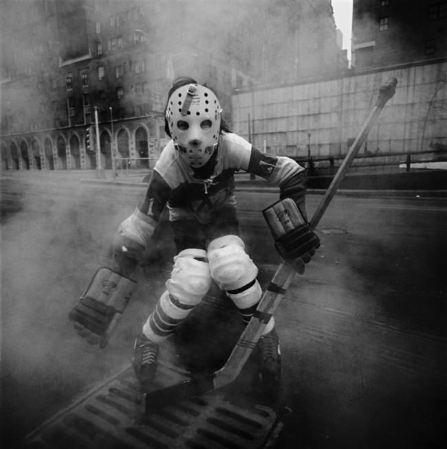 Ein gruseliger Hockeyspieler mit Maske.