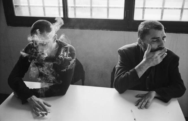 Zwei rauchende Männer.