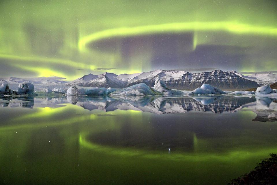 Polarlichter über einer Gletscherlagune