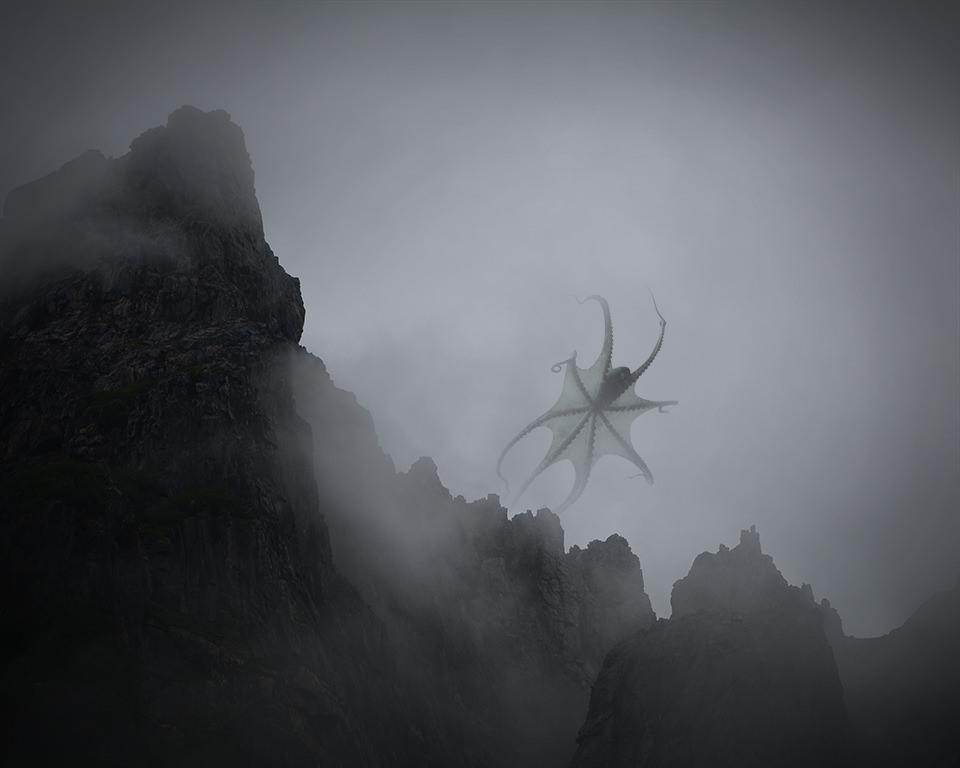 Ein Tintenfisch fliegt über einer Bergkette im Nebel.
