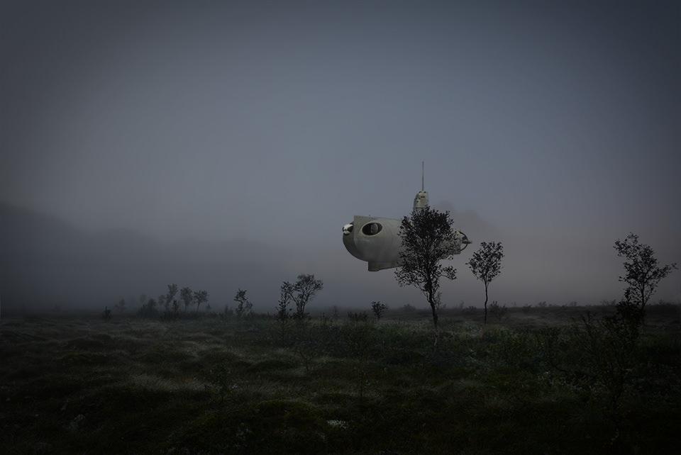 Ein U-Boot fliegt über ein Feld.