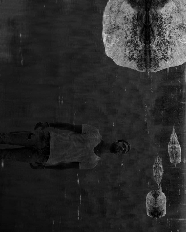 Reflexionen von Steinen im Wasser und das Portrait eines Mannes.