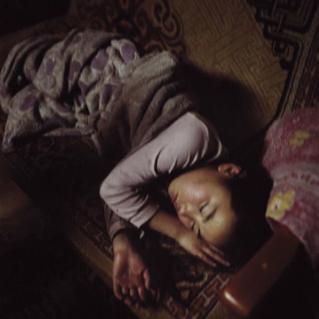 Eine junge Frau liegt auf dem Sofa und schläft.