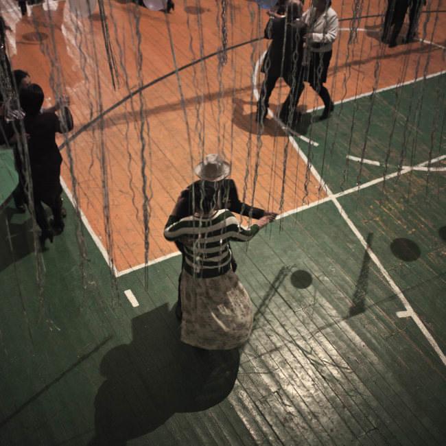 Paartanz auf einer Veranstaltung in einer Turnhalle.