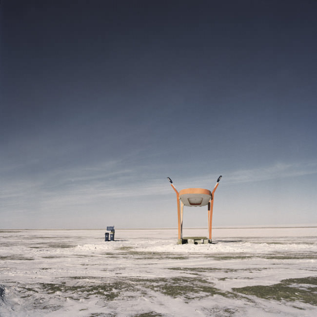 Eine Bushaltestelle in der verschneiten mongolischen Steppe.