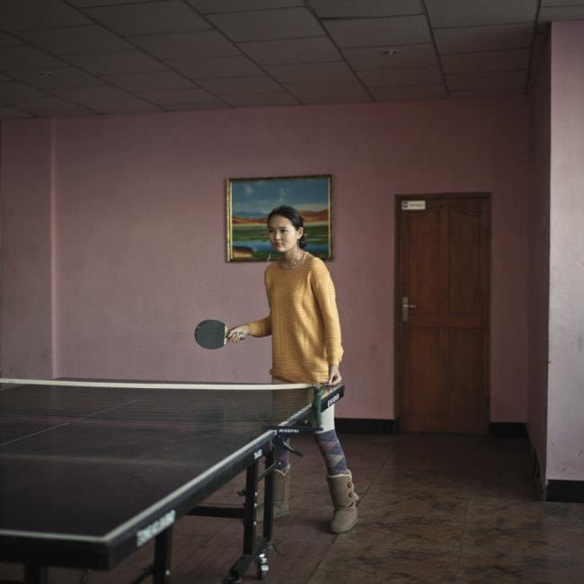 Eine junge Frau spielt Tischtennis.