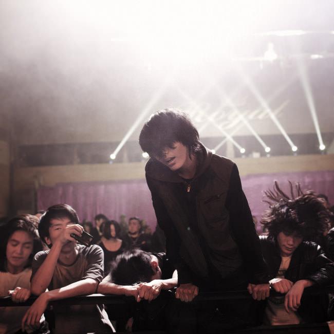 Fans feiern während eines Konzerts einer mongolischen Metal-Band.